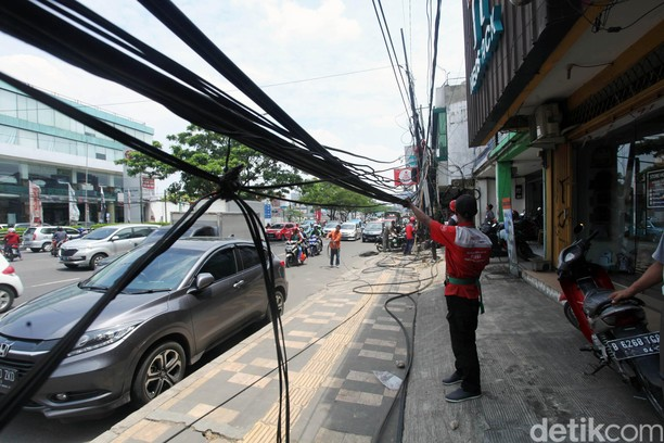 Kabel Semrawut di Jalan Margonda Depok Ditertibkan