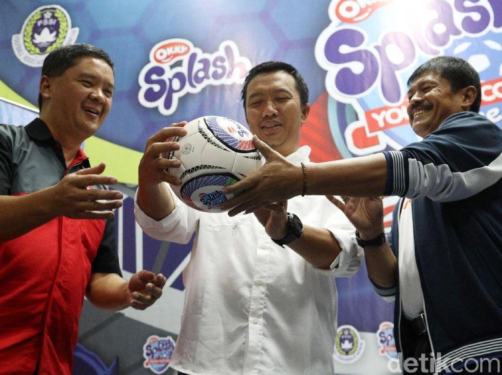 Imam Nahrawi didampingi Indra Sjafri dan Head Group of Cup Suntory Garuda Beverage Martines Rezal menandatangani bola sebagai tanda diresmikannya Okky Splash Youth Soccer League 2018.