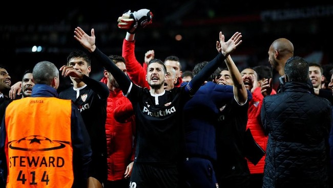Para pemain Sevilla meluapkan kegembiraannya di Stadion Old Trafford usai menyingkirkan Manchester United di babak 16 besar Liga Champions. (Reuters/Jason Cairnduff)