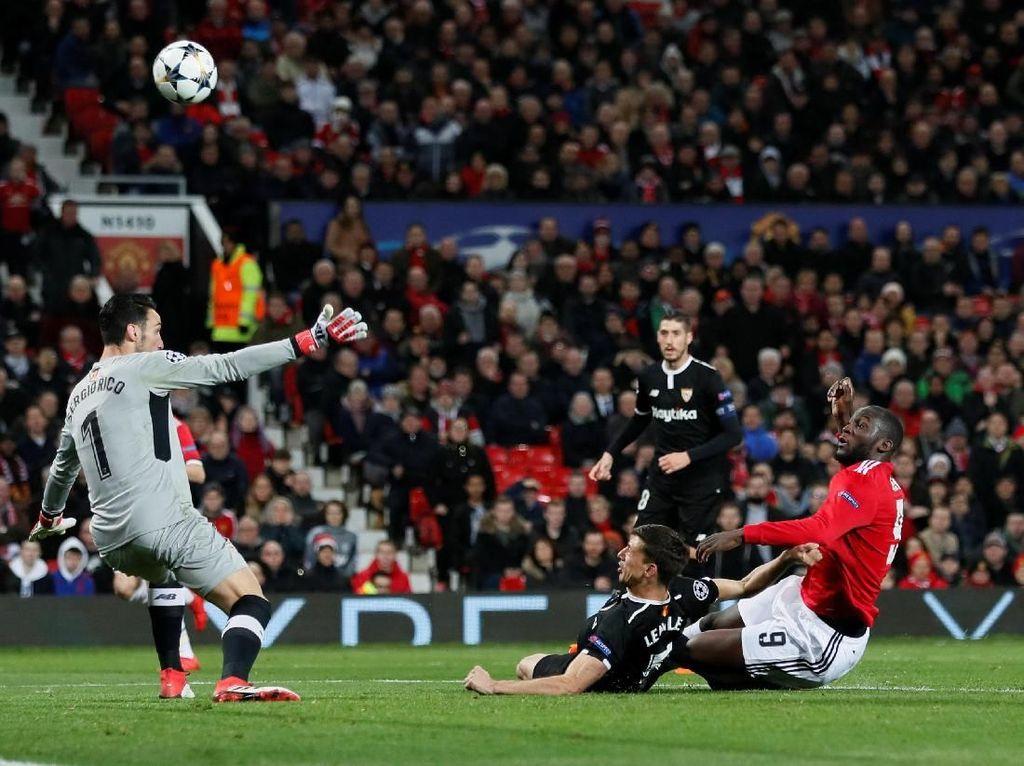 Romelu Lukaku sempat mendapatkan peluang di dalam kotak penalti Sevilla, tapi tembakannya melambung. (Foto: David Klein/ REUTERS)