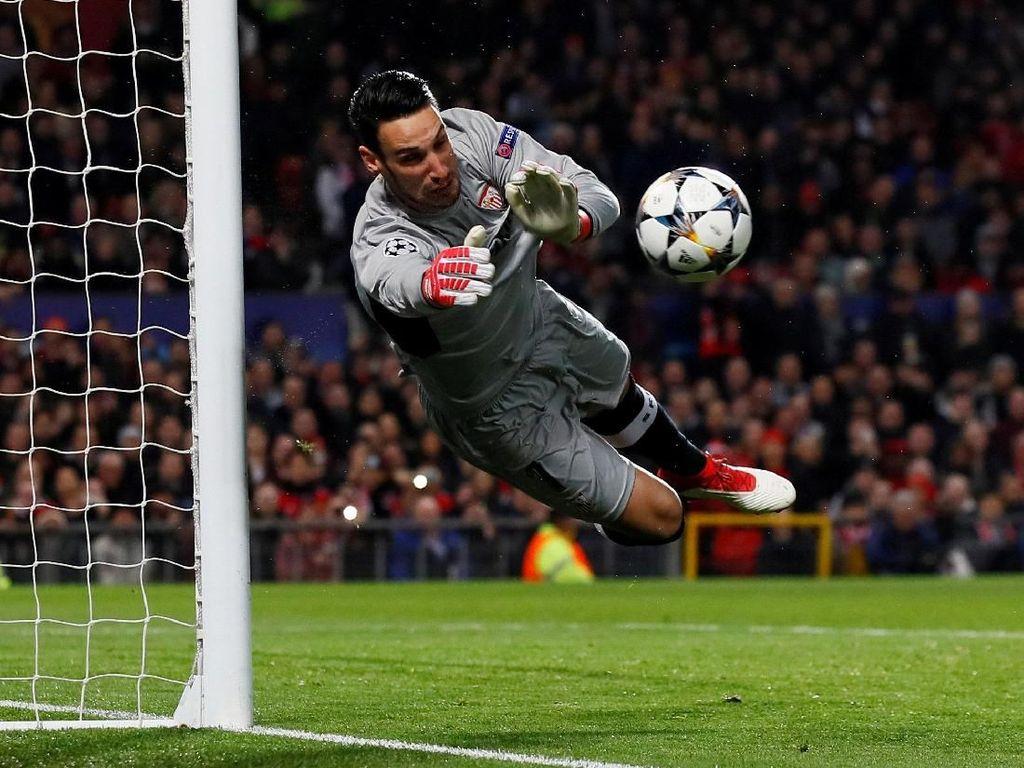 Sergio Rico masih harus menunggu debut bersama Fulham mengingat persaingan kiper di sana begitut ketat karena ada Marcus Bettinelli yang jadi kiper utama dan Fabri sebagai rekrutan baru. (Jason Cairnduff/Action Images via Reuters)