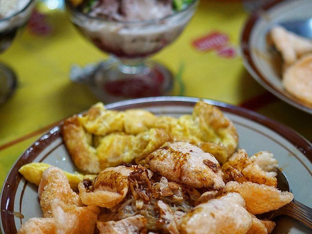 Anda pasti tahu dong ini ketoprak apa? Yap, ini adalah Ketoprak Ciragil yang sudah terkenal sejak lama. Bumbu kacangnya terasa nikmat dan pas dipadu dengan telur dadar. Foto: Instagram @wennyhendarto.