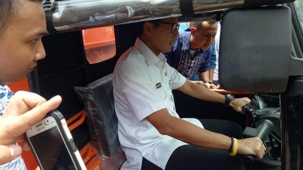 Foto: Aksi Sandiaga Narik Bajaj Oranye Pengangkut Sampah