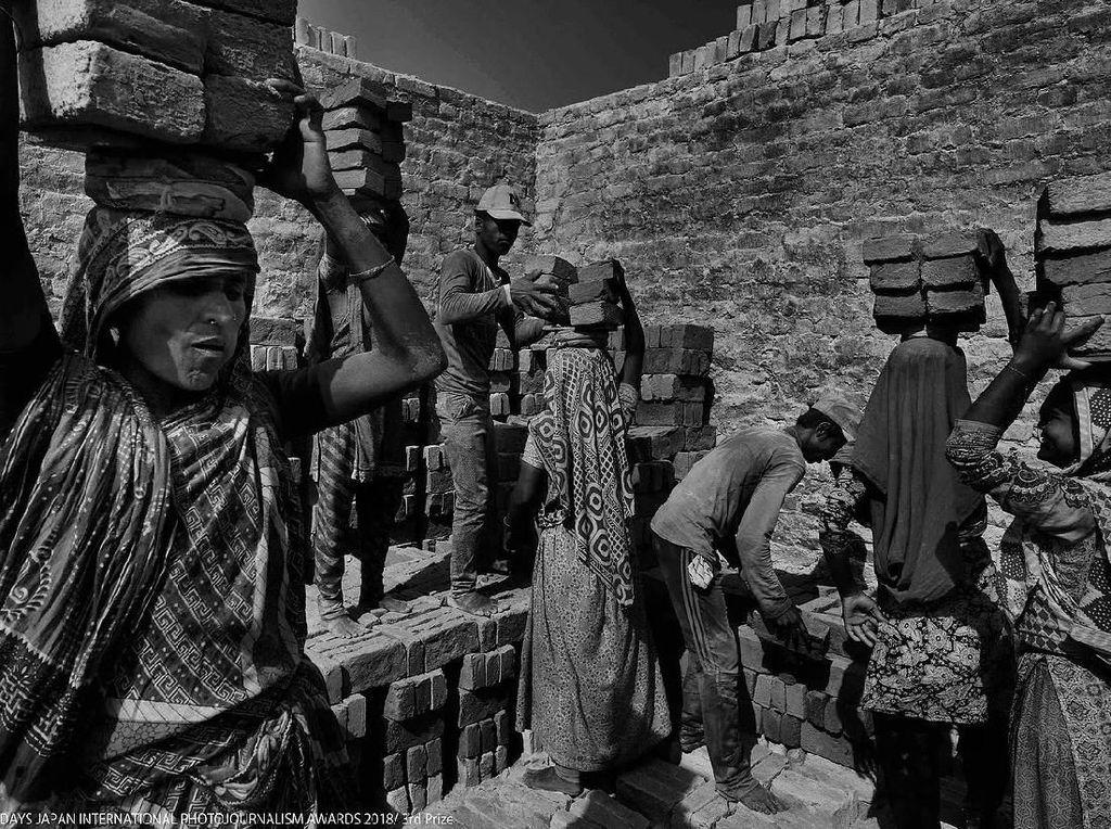 Brick menampilkan kehidupan kuli pabrik batu di sebuah daerah 20 KM dari kota Dhaka, Bangladesh dalam foto hitam putih. Foto: Days Japan Internasional Photojournalism Awards 2018