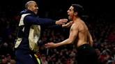 Wissam Ben Yedder spontan melepas seragamnya usai mencetak gol kedua. Alhasil, striker Sevilla itu mendapatkan kartu kuning dari wasit. (Reuters/Jason Cairnduff)