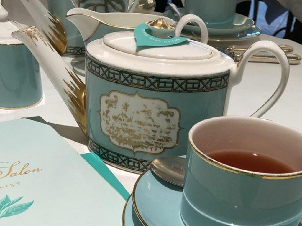 Serba biru! Mulai dari menunya, teko, cangkir hingga piringnya. Tea Salon yang di datangi Ashanty ini sepertinya patut dikunjungi kalau sedang ke London. Foto: Instagram @ashanty_ash