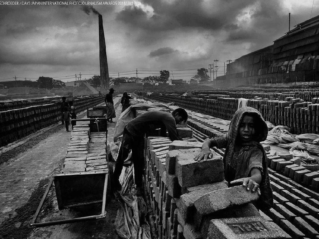 Di pabrik tersebut, tidak hanya pria, wanita dan anak-anak pun menjadi pekerja dalam kondisi yang sulit berbahaya. Foto: Days Japan Internasional Photojournalism Awards 2018