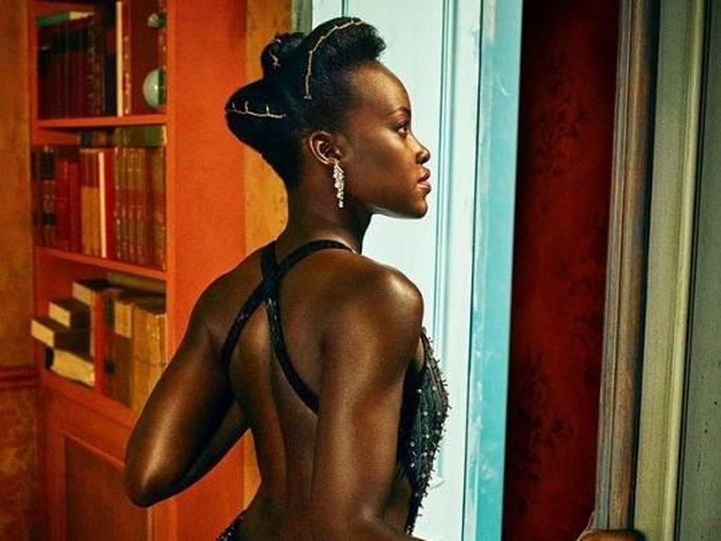 So Fab! Lupita Nyongo terlihat mempesona dan anggun dengan dress hitam yang memperlihatkan punggungnya. (Dok. Instagram/markseliger)
