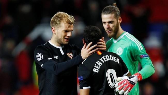 David De Gea memberikan selamat kepada Wissam Ben Yedder yang dua kali membobol gawangnya. Ben Yedder total sudah mencetak delapan gol di Liga Champions musim ini sejak fase grup.(Reuters/Jason Cairnduff)