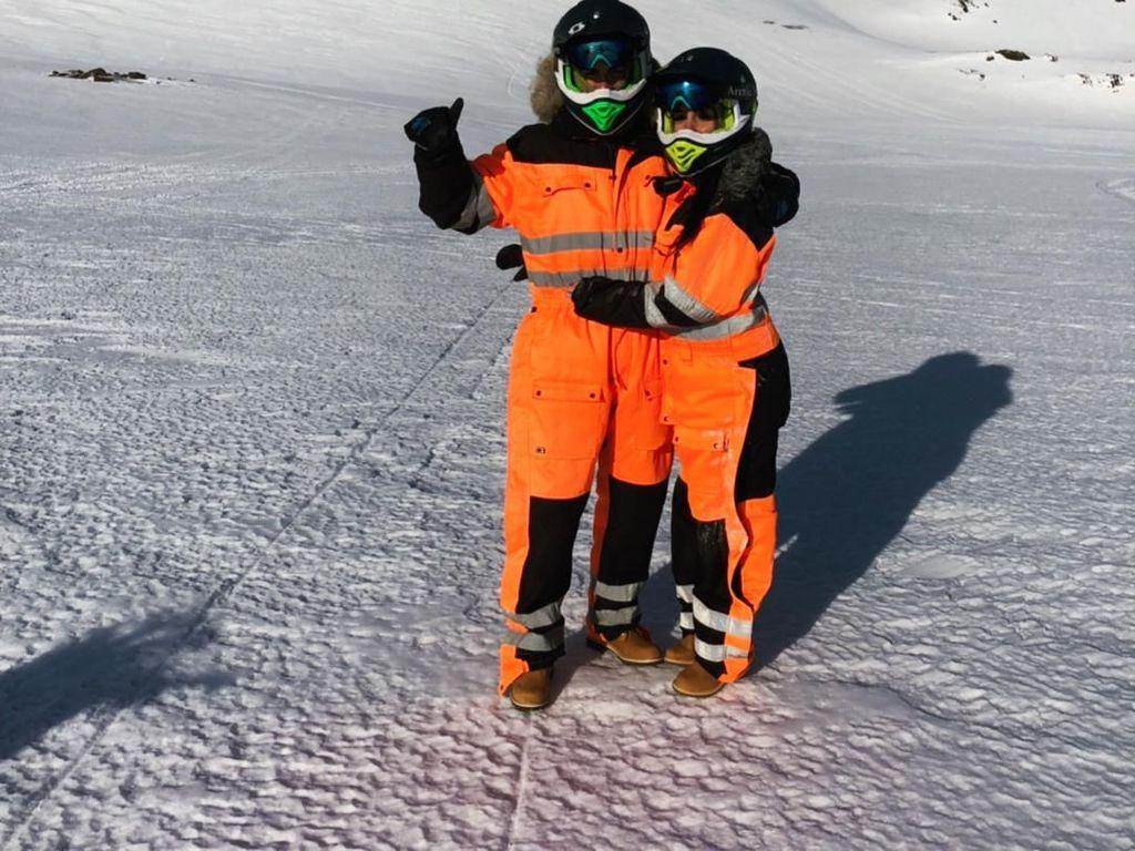 Dalam penelusuran detikTravel, mereka memakai jasa operator tur Arctic Adventures. Hal itu terlihat dari pakaian yang dikenakan saat snowmobile dan di bagian helmnya tertulis kata Arctic Adventures (Arctic Adventures)