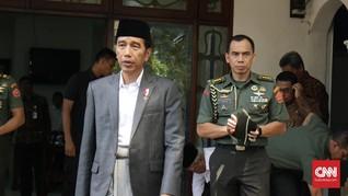 Bersarung, Malam Tahun Baru Jokowi Santap Makanan Kaki Lima
