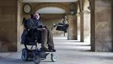 Sejak umur 21 tahun, ia menderita penyakit Amyotrophic Lateral Sclerosis (ALS) yang menyebabkan dirinya tidak bisa bergerak maupun berbicara. (dok.AFP PHOTO / ANDREW COWIE / AFP PHOTO / ANDREW COWIE)