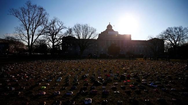 Selasa pagi (13/3) ribuan sepatu kecil dijajarkan di halaman gedung Capitol, Washington DC sebagai aksi demonstrasi. (REUTERS/Eric Thayer)