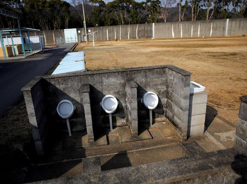 Toilet di luar penjara.