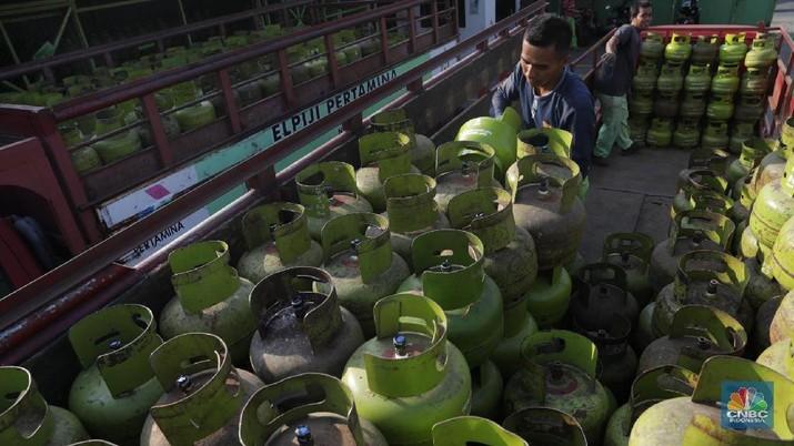 Pekerja mengangkat Elpiji di Distributor Gas Elpiji 3Kg Pondok Aren, Tangerang Selatan, Rabu, (4/3). Pemerintah berencana melakukan impor LPG dari Aljazair, tepatnya dari perusahaan migas nasional Sonatrach