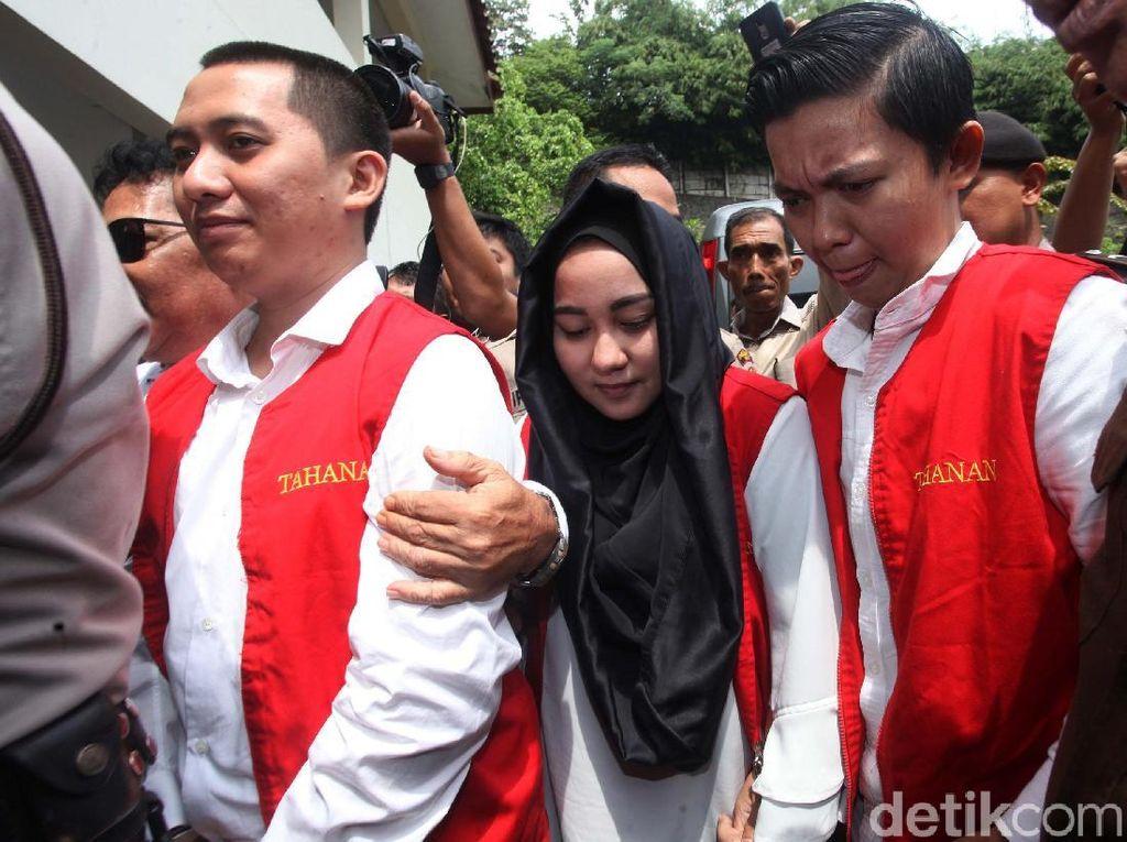 Andika Surachman, Anniesa Hasibuan, dan Kiki Hasibuan saat tiba di Pengadilan Negeri Depok. Mereka datang dengan mengenakan rompi tahanan.