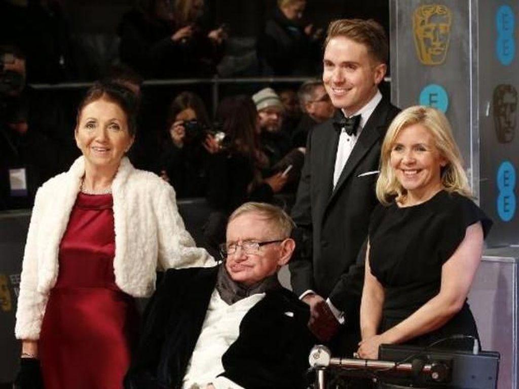 Ini momen Lucy menemani sang ayah menghadiri BAFTA Awards. Ada pula mantan istri Stephen Hawking, Jane Wilde (Foto: AFP)