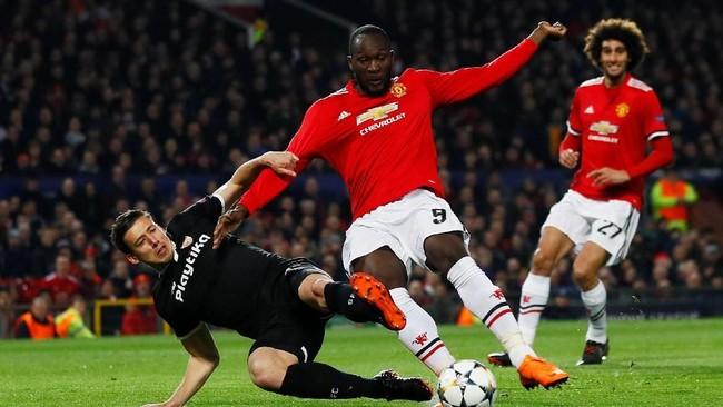 Bek tengah Sevilla Clement Lenglet mampu membendung serangan dari kaki striker Manchester United Romelu Lukaku. Mantan pemain Everton itu seolah tak mampu berkutik menembus pertahanan Los Sevilistas. (Reuters/Jason Cairnduff)
