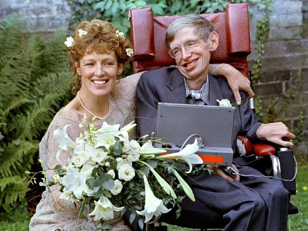 Di penghujung 1980, Hawking bertemu dengan Elaine Mason yang merawatnya dan meninggalkan istri pertamanya, Jane pada 1990. Stephen Hawking dan Jane resmi bercerai pada 1995 dan menikah dengan Elaine beberapa bulan setelahnya. (Foto: REUTERS/Paul Bates)