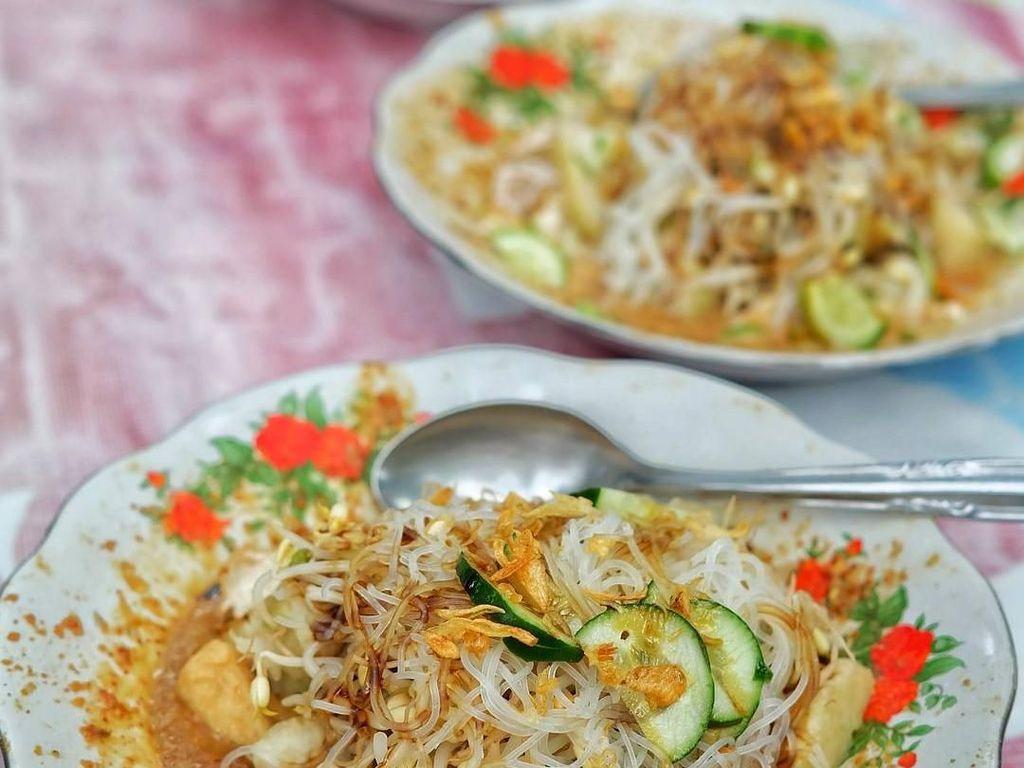 Ketoprak Mang Jaya ini terlihat sungguh menggoda. Perpaduan bumbu kacang dengan bihun, tauge dan timun cocok dipadu bersama dengan kerupuk renyah. Harga seporsi ketoprak ini dibandrol Rp 8.000. Foto: Instagram @amungku.