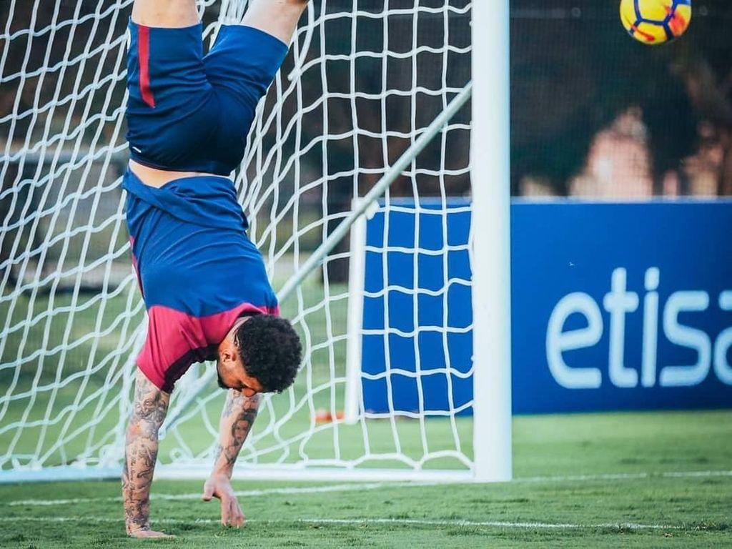 Kyle Walker mungkin juga sedang mempraktikkan penyelamatan akrobatik. Foto: Instagram @mancity