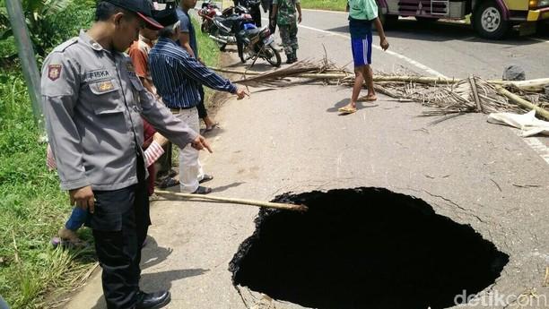 Penampakan Horor Lubang Besar Menganga di Tengah Jalan Wonosobo