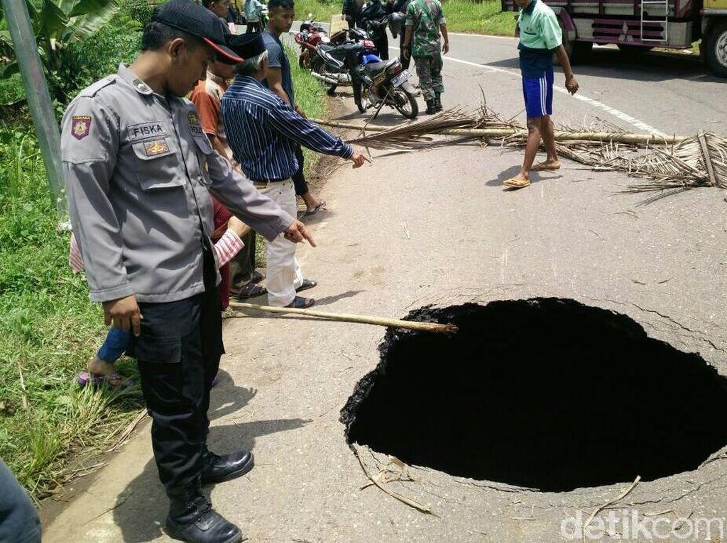Jalur alternatif penghubung Kabupaten Purworejo-Wonosobo, Jawa Tengah tiba-tiba ambrol. Sebuah lubang menganga membuat separuh badan jalan tak bisa dilalui.
