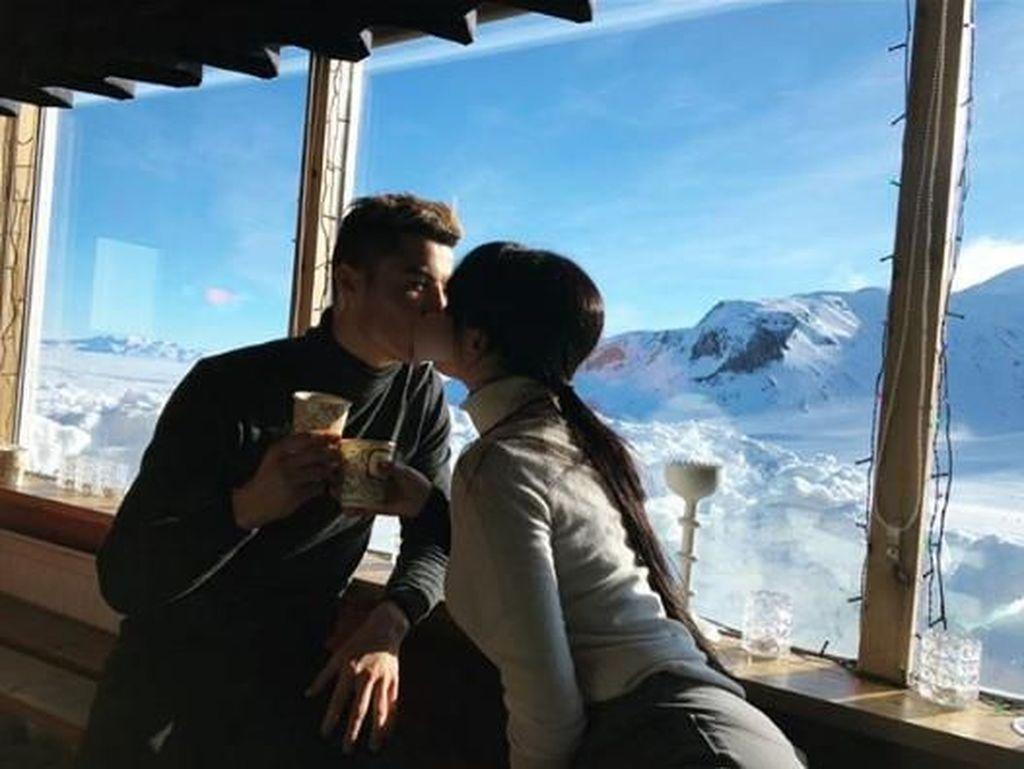 Muah...Ciuman mesra diberikannya kepada model berusia 24 tahun itu. (Dok. Instagram/georginagio)