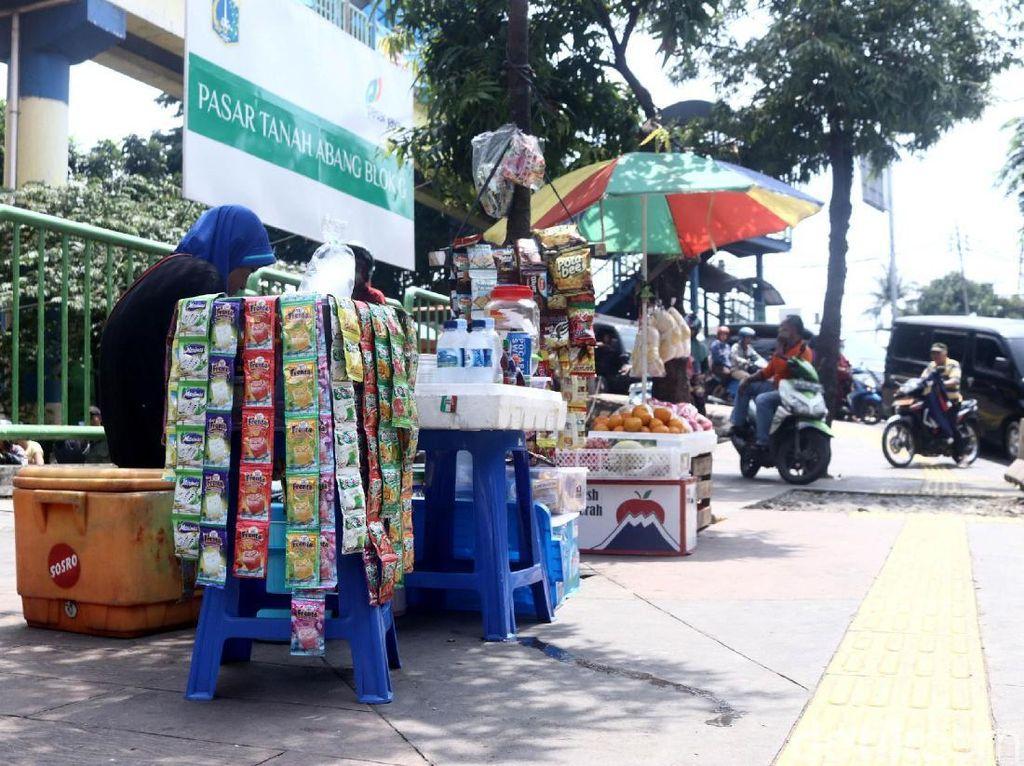 Lapak-lapak PKL itu akan mengganggu kenyaman pejalan kaki yang melintas di kawasan tersebut.