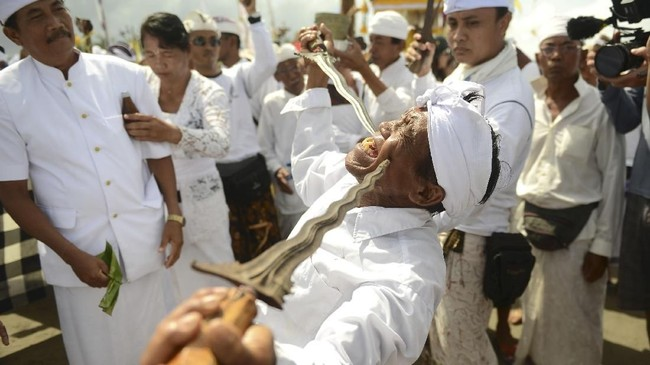Parisada Hindu Dharma Indonesia (PHDI), majelis tertinggi umat Hindu di Bali, telah menetapkan waktu tiga hari, 14-16 Maret 2018 bagi seluruh desa pekraman untuk melaksanakan ritual Melasti. (AFP PHOTO / SONNY TUMBELAKA)