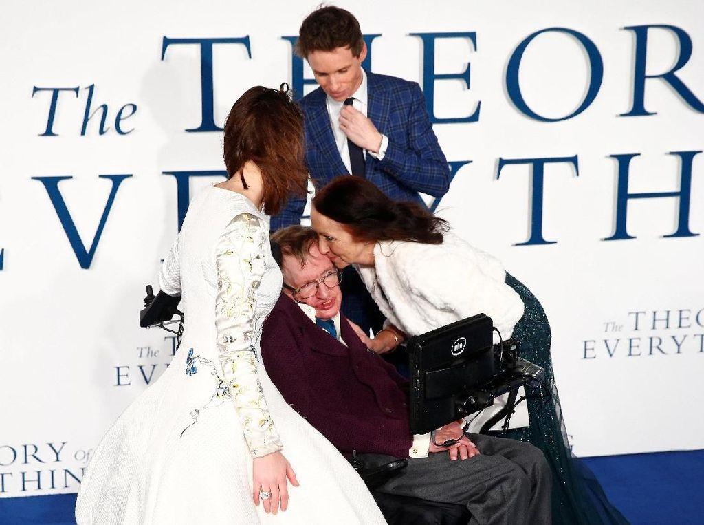 Setelah bercerai dengan istri keduanya, Stephen Hawking dikabarkan kembali dekat dengan istri pertamanya serta anak dan cucu-cucunya. Kisah perjalanan hidup dan juga kisah cintanya ini sempat diabadikan lewat film The Theory of Everything (Foto: REUTERS/Paul Bates)