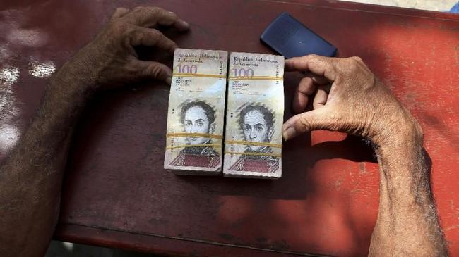 Tahun ini, inflasi diperkirakan bisa mencapai 13 ribu persen. (REUTERS/Jaime Saldarriaga)