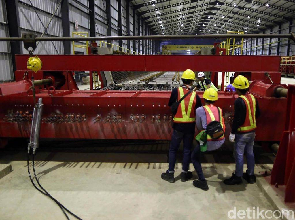 Pabrik precast yang berlokasi di Pancoran itu menyuplai kebutuhan pembangunan lintasan Cawang hingga Dukuh Atas.