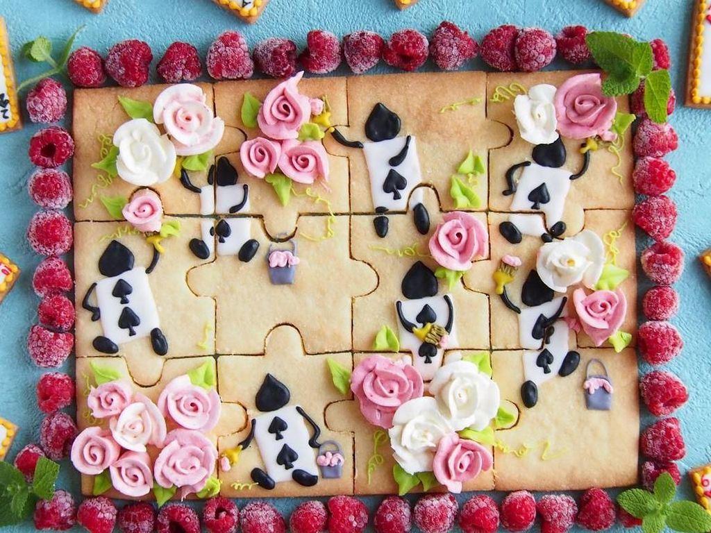 Ini sih niat banget. Selain digambar bentuk kartu wajik dengan icing sugar, cookies ini juga diberi hiasan bunga yang terbuat dari butter cream. Lalu dikelilingi buah raspberry. Foto: Instagram asami_kamioka