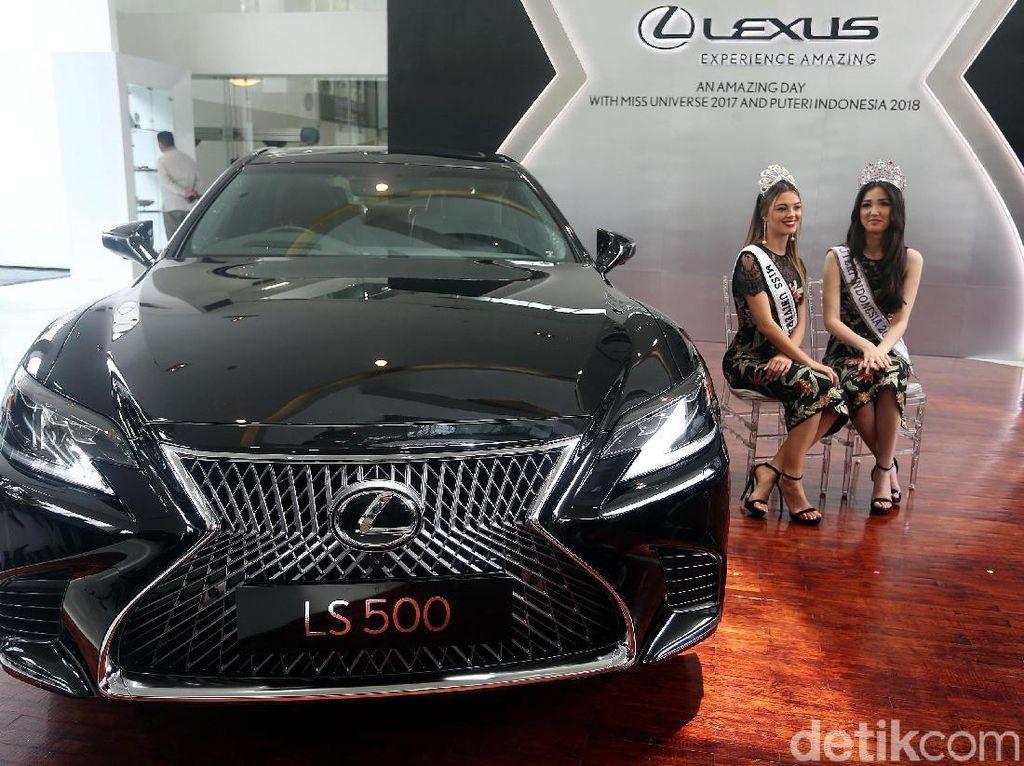 Miss Universe dan Puteri Indonesia berpose dengan Lexus LS 500.