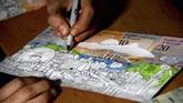 Sementara Jose Leon, seorang desainer berusia 26 tahun, memprotes dengan menggambar di atas uang kertas. (AFP Photo/GeorgeCastellanos)