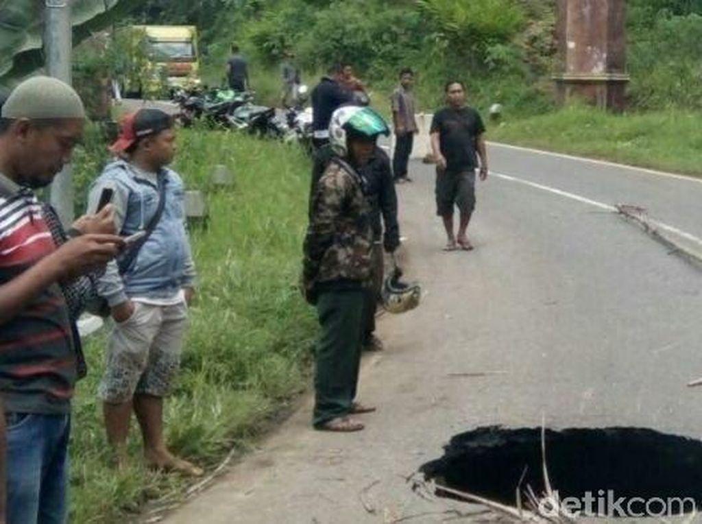 Amblasnya separuh jalan membentuk lubang berdiameter sekitar 1,5 meter dengan kedalaman yang belum diketahui. Tak ada korban dalam kejadian ini.