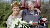 Stephen Hawkingdan istri kedua, Elaine Masonsesaat setelah pemberkatan pernikahan pada 16 September 1995 diGerejaSt. Barnabus. Sebelumnya, Hawking telah menikahi Jane Wilde dan memiliki tiga anak. (dok. REUTERS/Russell Boyce/File Photo)