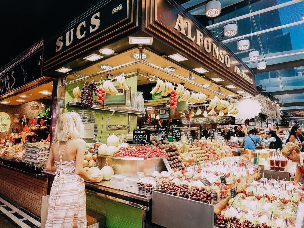 Mendapatkan mendali emas sebagai Worlds Finest Fresh Markets, La Boqueria merupakan pasar yang paling ramai di kunjungi di kota Barcelona, Spanyol. Foto: Aspyn Ovard