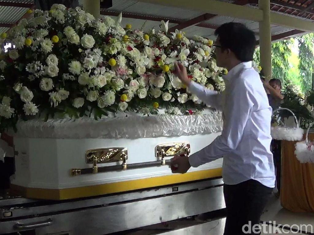 Sebelum dikremasi, jenazah disemayamkan untuk terakhir kalinya di hadapan para keluarga dan kerabat almarhum. (Nandhang Astika-detikcom)