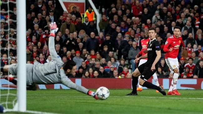 Penyerang Manchester United Jesse Lingard nyaris membobol gawang Sevilla. Tendangannya mampu ditepis kiper Sergio Rico yang bermain gemilang pada laga tersebut. (REUTERS/David Klein)