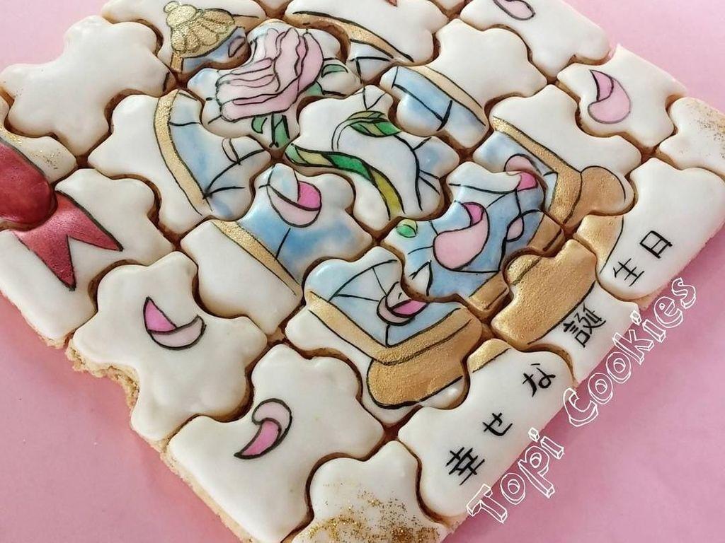Masih kreasi milik pembuat kue asal Venezuela. Kali ini ia melukis bunga mawar cantik di dalam wadah kaca. Foto: Instagram @topicookies