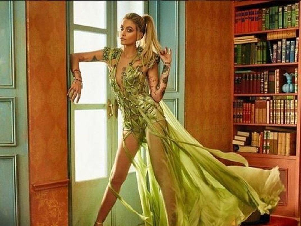 Paris Jackson menunjukan pesonanya dengan gaun hijau semi-transparan. (Dok. Instagram/markseliger)