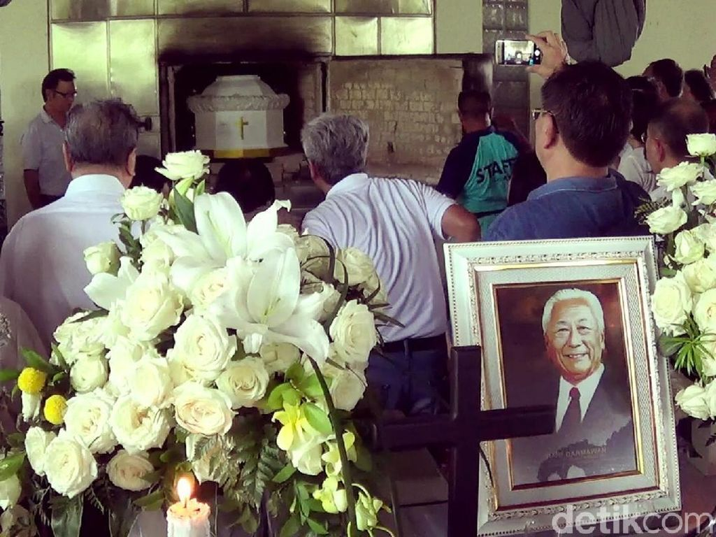 Tangis haru keluarga pecah saat peti jenazah dimasukkan ke dalam krematorium. (Foto: Nandhang Astika/detikcom)