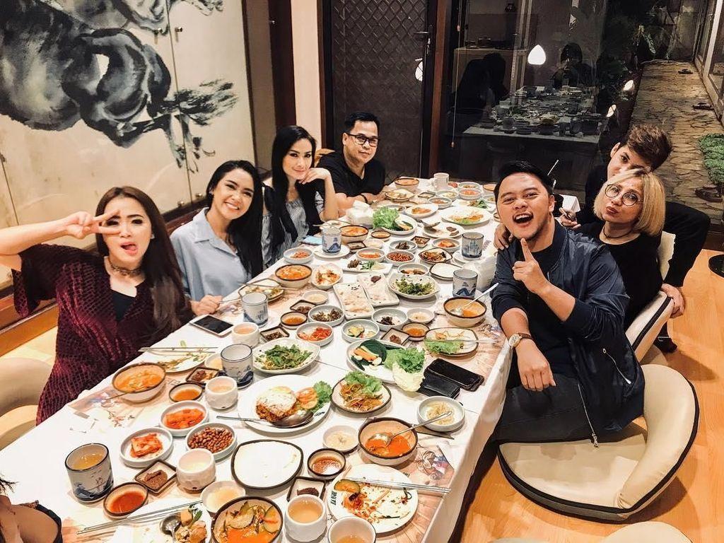 Makan malam Cita lebih seru jika ditemani oleh teman-teman terdekatnya. Temu kangen! tulis Cita dengan pose senyuman cantiknya di samping Iis Dahlia. Foto: Instagram @cita_citata