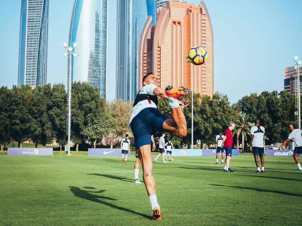 Danilo memperlihatkan kebolehannya mengolah bola. Foto: Instagram @mancity