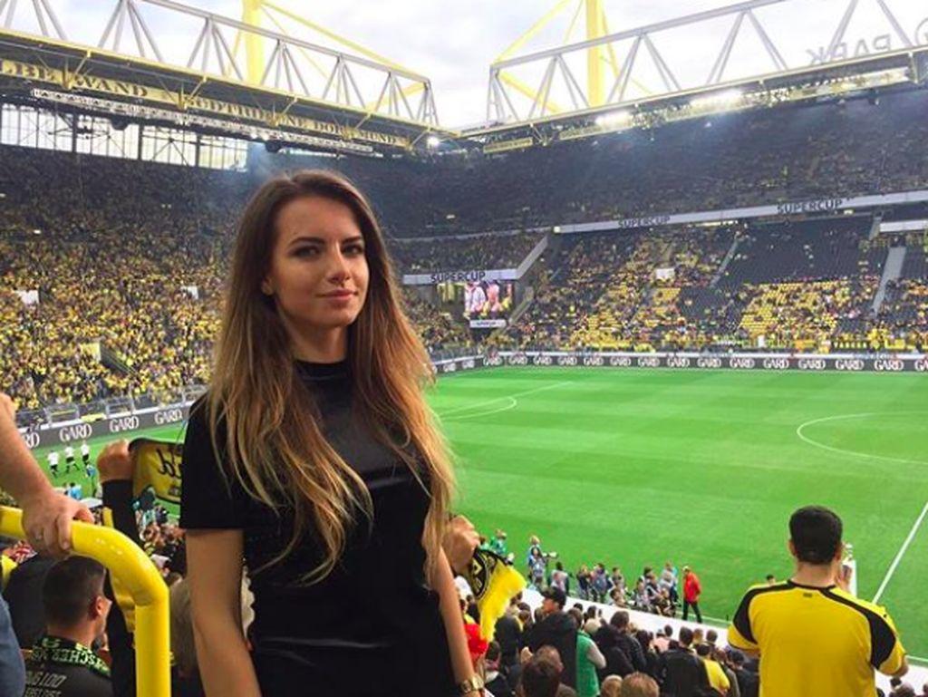 Ia sangat suka sepakbola dan sering menyaksikan pertandingan profesional. Foto: Instagram