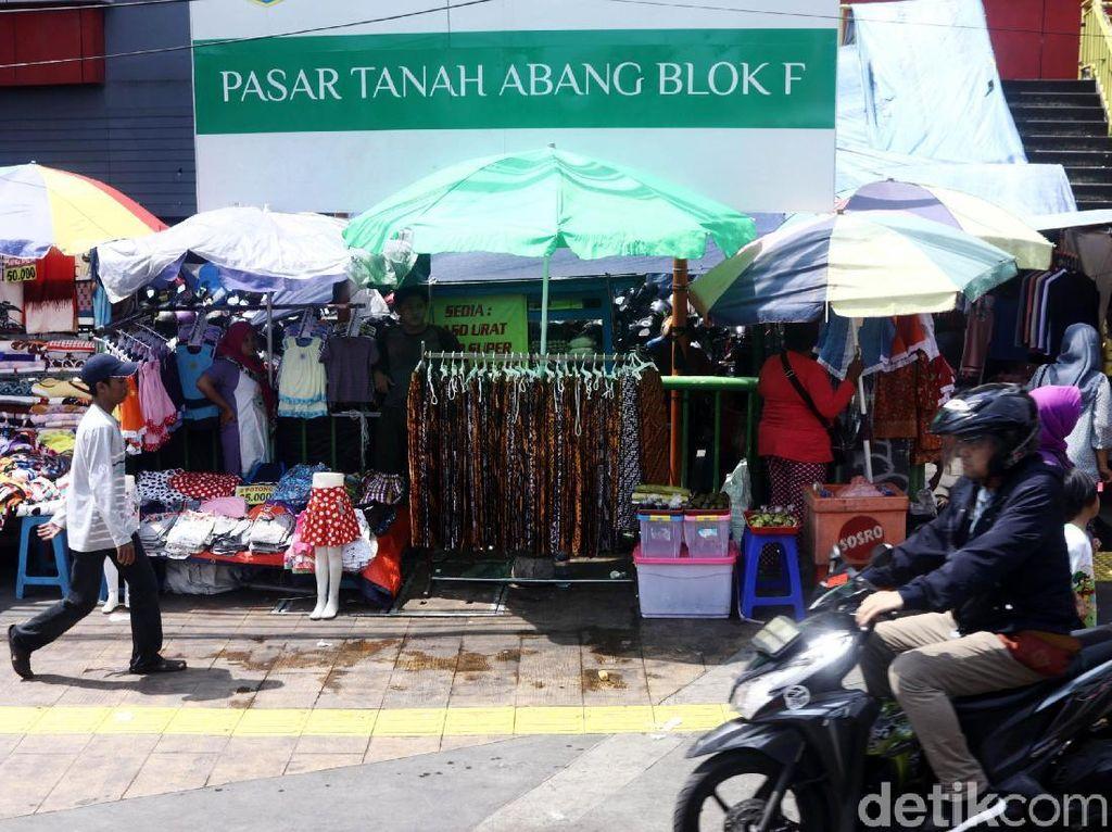 Trotoar di depan Pasar Tanah Abang Blok F juga dijadikan tempat untuk berjualan bagi para PKL.