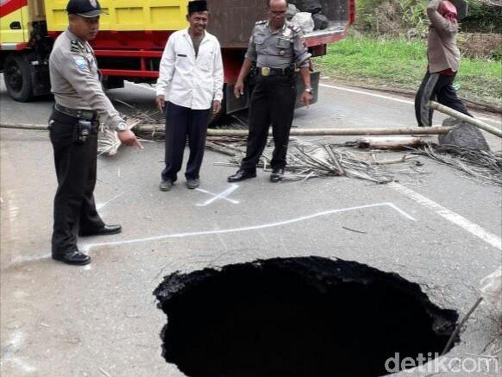 Ambrolnya separuh jalan tersebut diduga karena terdapat gorong-gorong di bawah jalan.