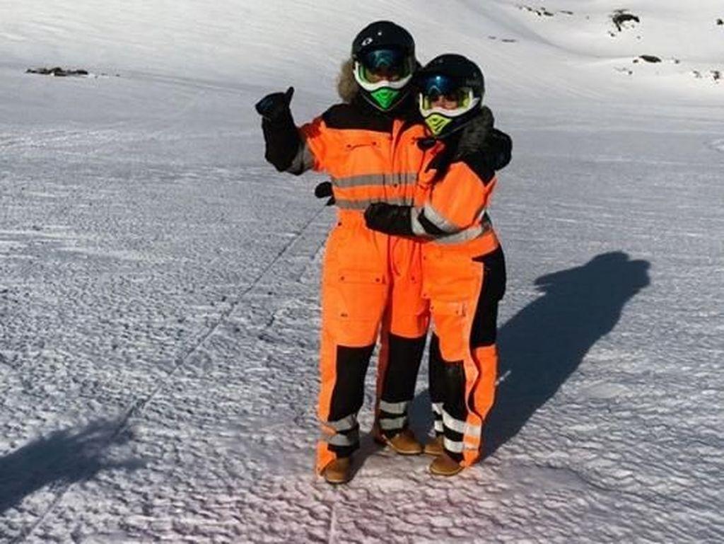 Pemain Real Madrid itu mengajak sang kekasih untuk bermain snowmobile. (Dok. Instagram/georginagio)